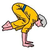 donna anziana esegue difficile esercizio yoga