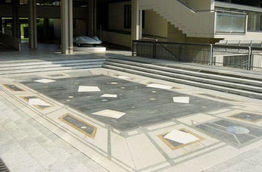 Anni luce di Giulio Paolini in piazza Adriano dal 2001