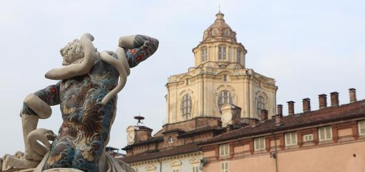 """""""In between"""" le sculture tatuate di Fabio Viale in piazzetta Reale"""
