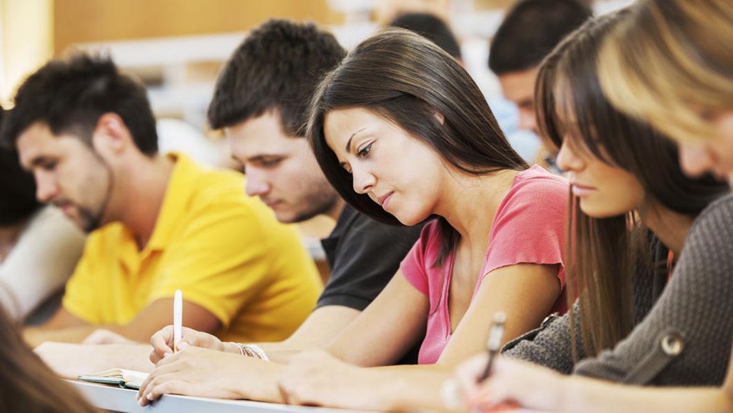 Gruppo di studenti che leggono