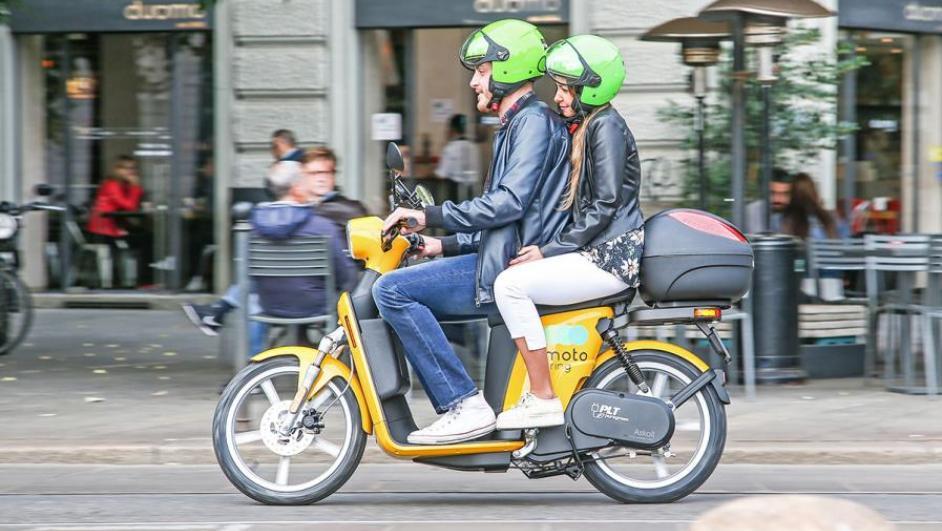 coppia su uno scooter