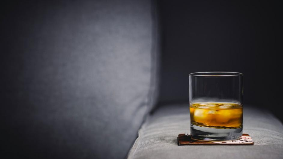 bicchiere su un divano