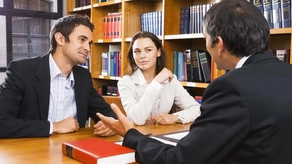 persone che discutono con un avvocato