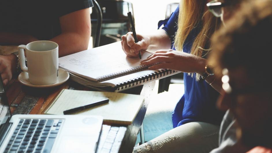 gruppo di lavoro intorno a un tavolo