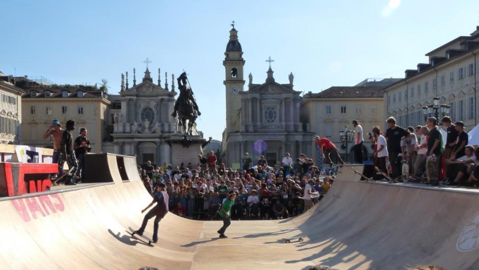 Esibizione di skaters in Piazza San Carlo a Torino