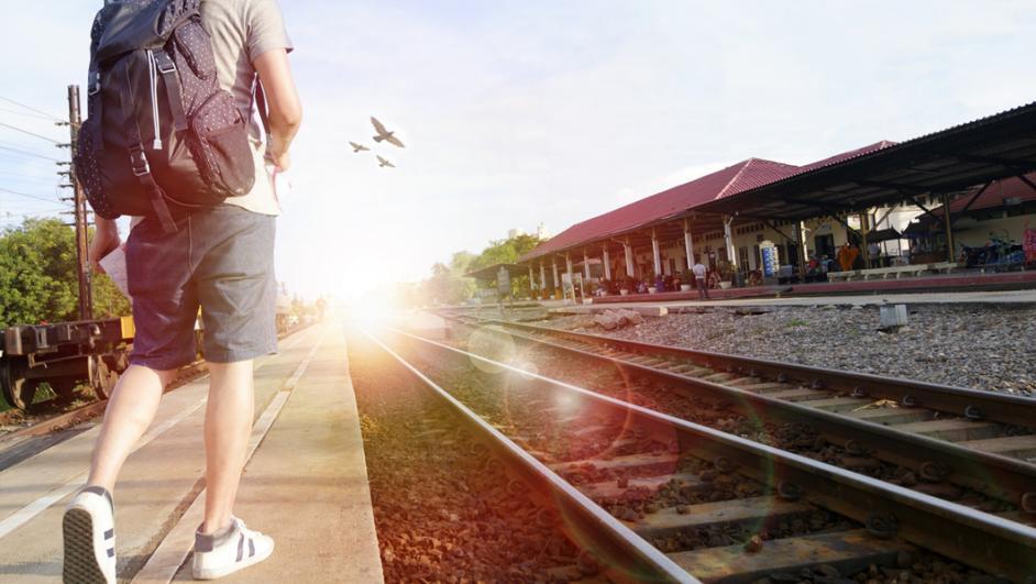 ragazzo che aspetta il treno
