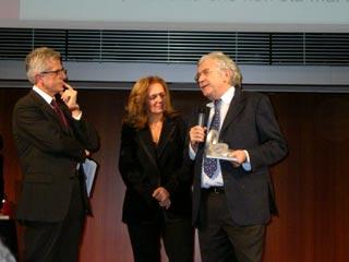 L'Assessore Paolo Peveraro riceve il Premio nazionale Oscar di Bilancio 2004 assegnato al Comune di Torino