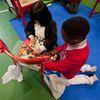 """Festa di """"Adotta un quartiere"""": le sedie rosse realizzate dai ragazzi del quartiere, installate nella palestra della scuola Gabelli-4"""
