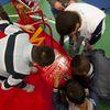 """Festa di """"Adotta un quartiere"""": le sedie rosse realizzate dai ragazzi del quartiere, installate nella palestra della scuola Gabelli-5"""