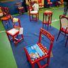 """Festa di """"Adotta un quartiere"""": le sedie rosse realizzate dai ragazzi del quartiere, installate nella palestra della scuola Gabelli-6"""
