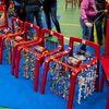 """Festa di """"Adotta un quartiere"""": le sedie rosse realizzate dai ragazzi del quartiere, installate nella palestra della scuola Gabelli"""