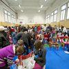 """Festa di """"Adotta un quartiere"""": le sedie rosse realizzate dai ragazzi del quartiere, installate nella palestra della scuola Gabelli-2"""