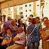 Realizzazione area verde Ex Ceat | Gli abitanti aspettano all'ombra l'inizio della conferenza stampa di presentazione dei Giardini